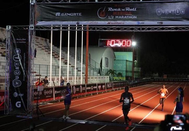 La noche de este sábado se realizó el 'Rock 'n' Roll Marathon' que lidero el oriundo de Kenia Emmanuel Mnangat en la rama varonil, y en la femenil Genoveva Jelagat. (SIPSE)