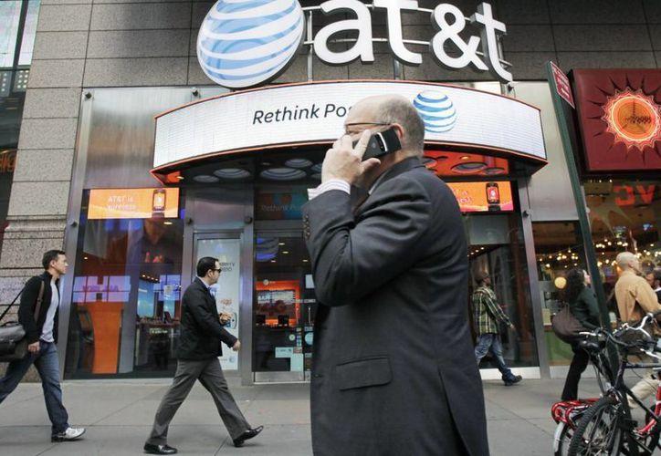 AT&T cobra 10 dólares diarios para mantener cada escucha. (Archivo/Agencias)