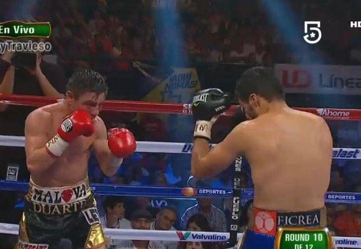 La pelea fue de un solo lado, a favor de Jhonny González, quien retuvo el cetro pluma del CMB. (@twitter)