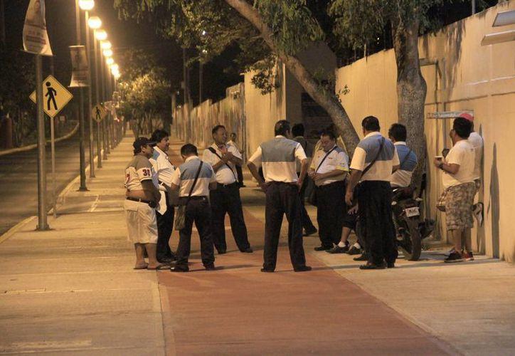 Alrededor de las tres de la mañana de ayer, los operadores de Turicun comenzaron a llegar al encierro de la empresa concesionaria. (Tomás Álvarez/SIPSE)
