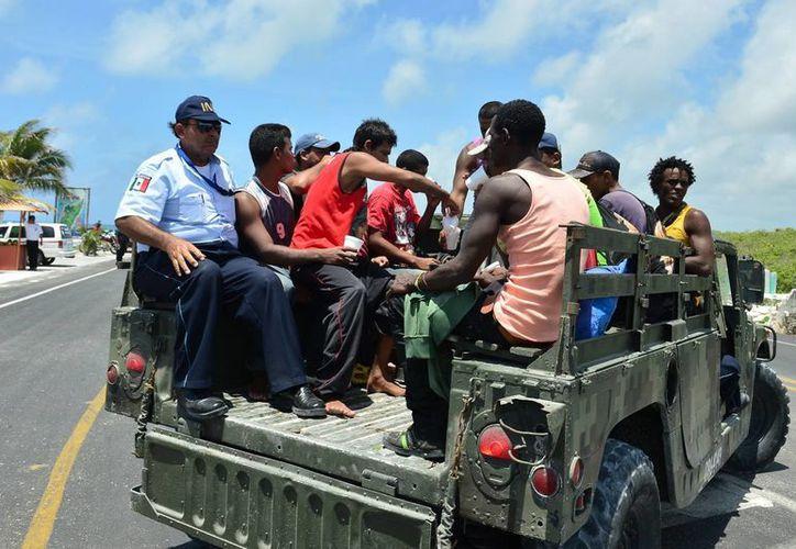 Trasladaron a los cubanos a la Estación Migratoria de Chetumal. (Gustavo Villegas/SIPSE)