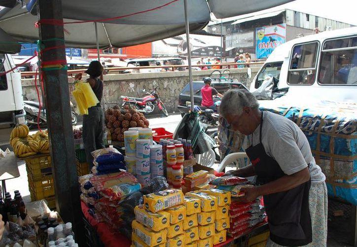 Analistas explican que en el comercio informal en Venezuela participan incluso profesionistas cuyo ingreso es insuficiente. (diariolavoz.net)