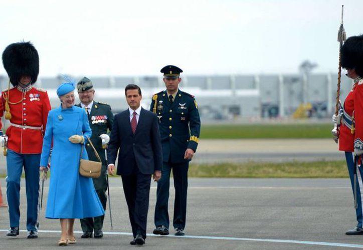 El presidente Enrique Peña Nieto al llegar a Dinamarca, donde fue recibido por la reina Margarita II. (gob.mx)