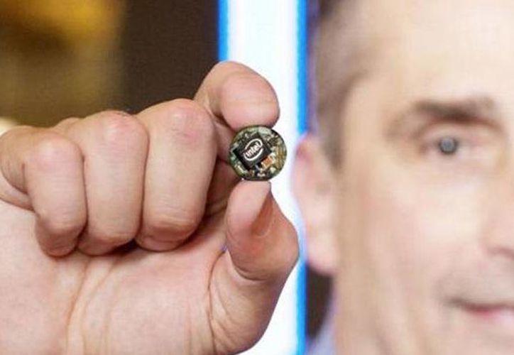 Intel  dio a conocer un nuevo chip del tamaño de un botón, diseñado específicamente para llevarlo en la ropa, las gafas y otros accesorios. (twitter/@PCWorldes)