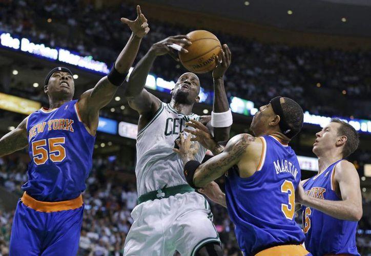 Celtics sorteó lo que parecía ser la remontada de Knicks, quedando el marcador 97-90. (Agencias)