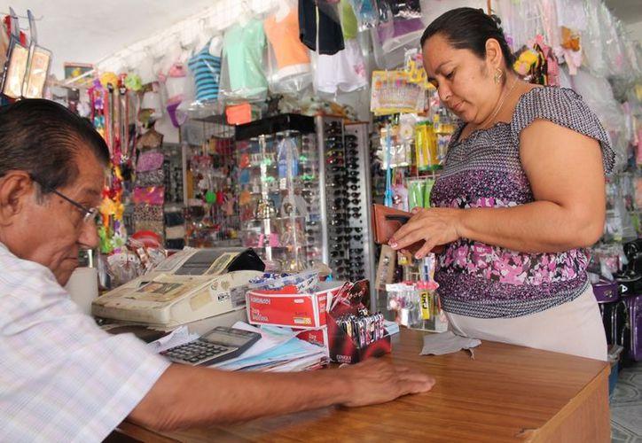 La falta de variedad en los productos y los costos elevados obligan a recurrir a la Zona Libre y a la capital para hacer compras. (Juan Carlos Gómez/SIPSE)