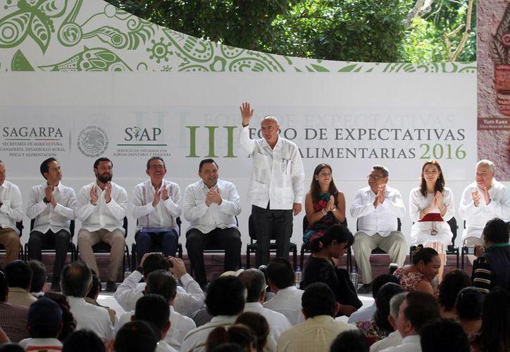 El secretario federal de la Sagarpa, José Calzada Rovirosa, anunció que se invertirán en Yucatán 120 millones de pesos para la construcción de un parque de maquinaria pesada. (Amílcar Rodríguez/Milenio Novedades)