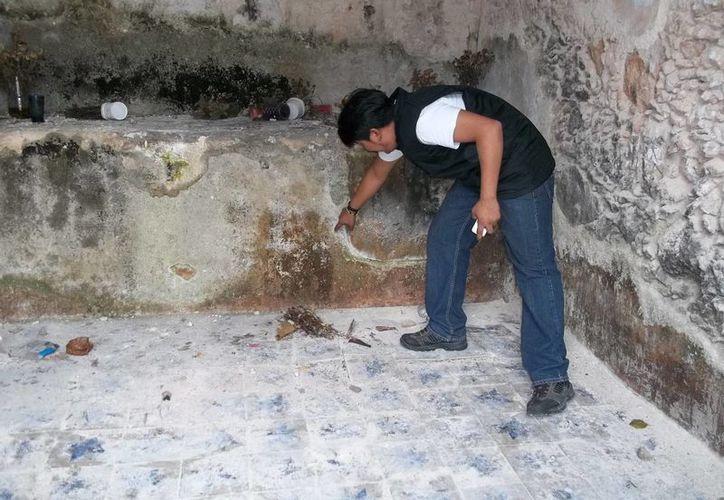 Nuestro entrevistado señala el sitio exacto en donde se ve una calavera al tomar una foto. (Jorge Moreno/SIPSE)