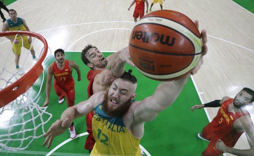 El español Paul Gasol, anota ante Australia en el partido por el bronce del básquetbol en los Juegos Olímpicos de Río 2016. (AP/Eric Gay)