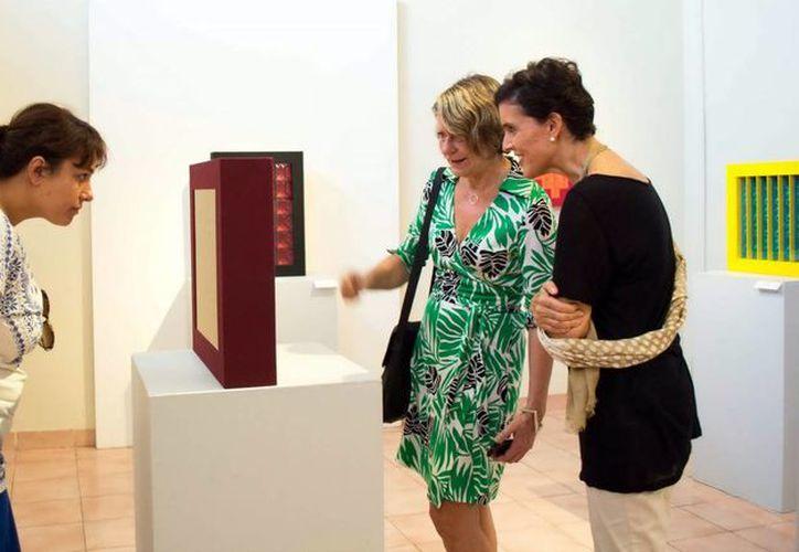 Marion Lecardonnel, Laurence Gateau, directora del Frac, y Elba García Villarreal, en un recorrido por el Macay. (Milenio Novedades)