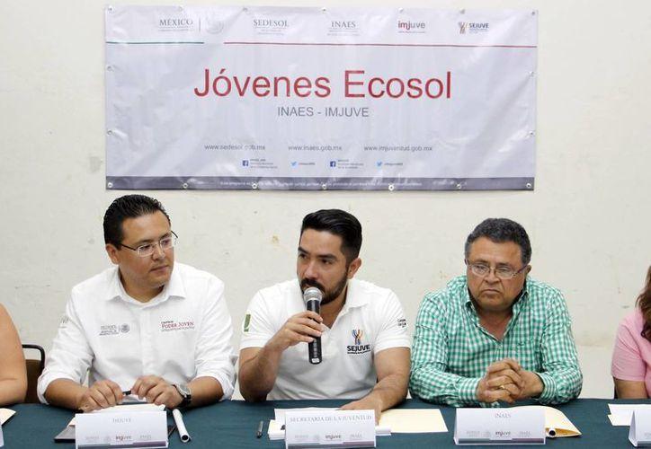 Luis Enrique Borjas Romero (al centro), titular de la Sejuve, anunció la convocatoria Jóvenes Ecosol 2016. (Milenio Novedades)