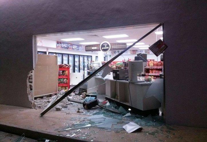 El impacto de la camioneta contra la tienda, rompió una de los cristales, lo que ocasionó en boquete en el lugar. (Irving Canul/SIPSE)