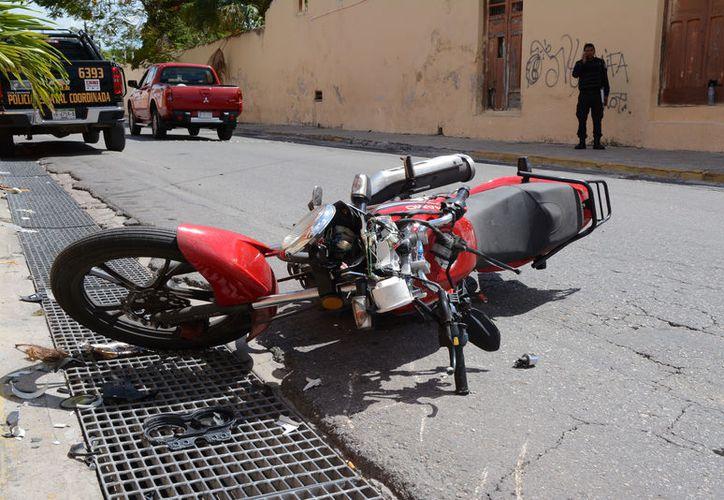 La motocicleta matrícula Y3WF9, manejada por un joven se estrelló con la parte frontal de la unidad pesada. (Victoria González/ SIPSE)