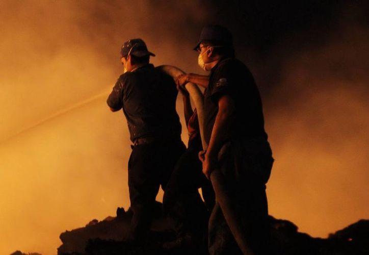 Los bomberos estuvieron toda la madrugada en la zona afectada. (Notimex)