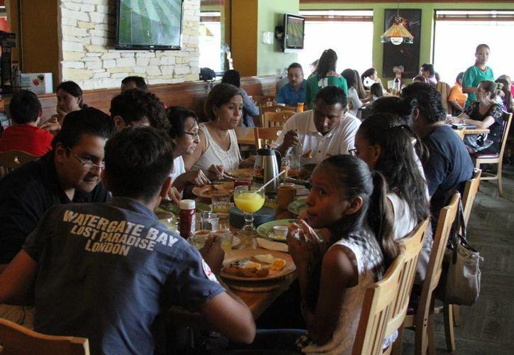 Las familias completas compartieron la mesa para festejar a papá. (Sergio Orozco/SIPSE)
