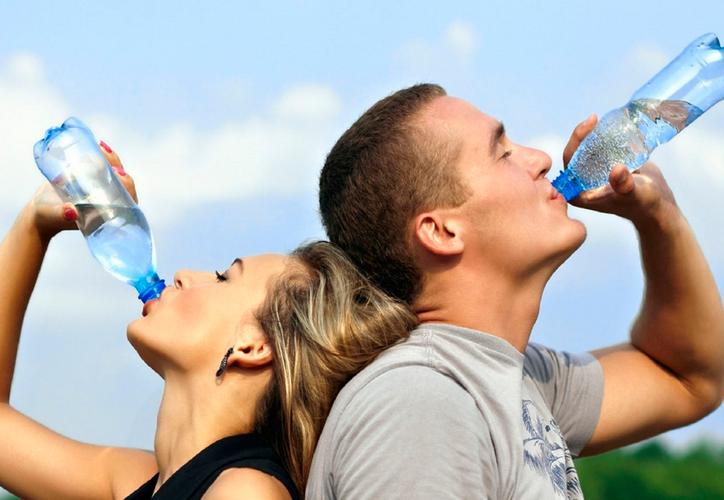 Reutilizar una botella desechable puede hacernos víctimas de bacterias. (Pixhere)