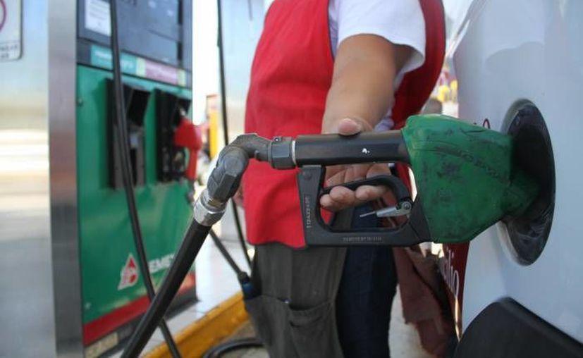 Pemex indica que está trabajando con Sener y Hacienda para regular los precios de los combustibles. (Archivo/Notimex)