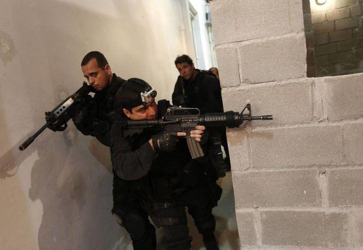 Brasil busca mejorar la imagen de la policía militar, cuya presencia al patrullar las calles con equipamiento blindado y ligero podría resultar amenazadora para algunos visitantes. (Agencias)