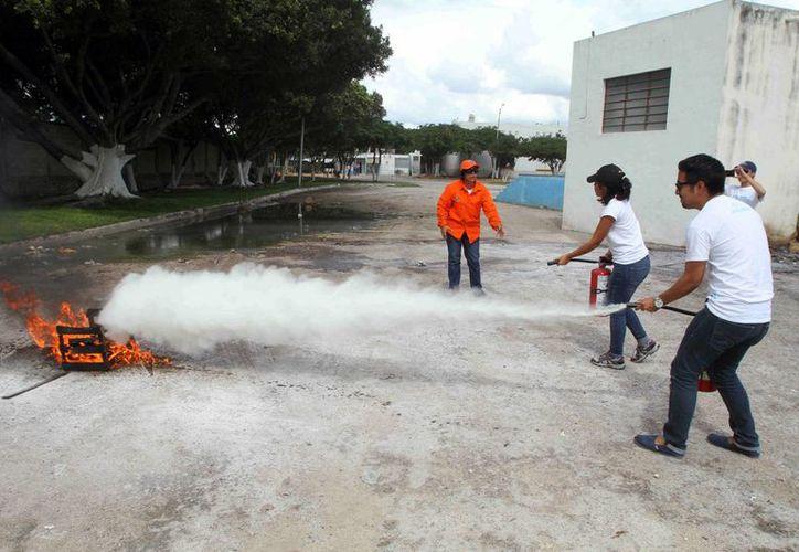 Una parte del curso sobre manejo de extintores para personal del DIF Mérida. (SIPSE)
