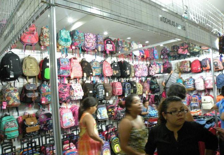 Los paquetes escolares que entregará el gobierno de Yucatán el próximo lunes contienen uniformes escolares, zapatos, mochilas, útiles escolares y libros de texto. (Miguel González/SIPSE)