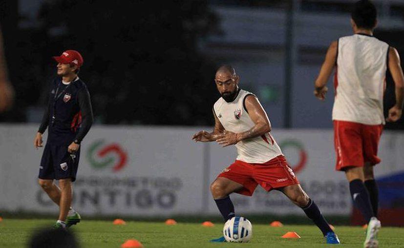Fernando Espinoza entrena junto con el equipo en la primera práctica del año. (Redacción/SIPSE)