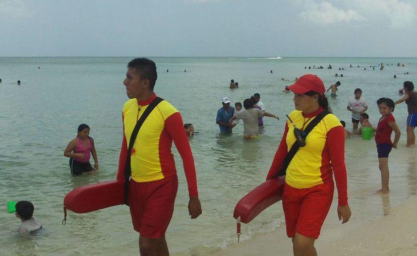 Rescatistas recomiendan a los bañistas no beber dentro del mar. (Milenio Novedades)