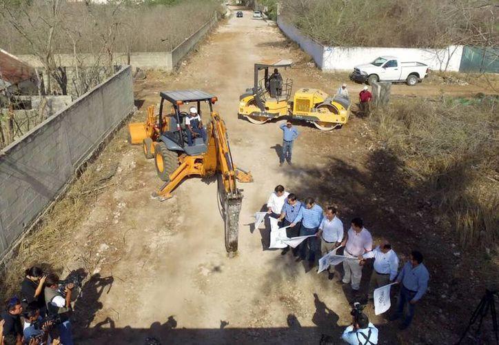 El Alcalde encabezó el banderazo de inicio de las obras viales. (Milenio Novedades)