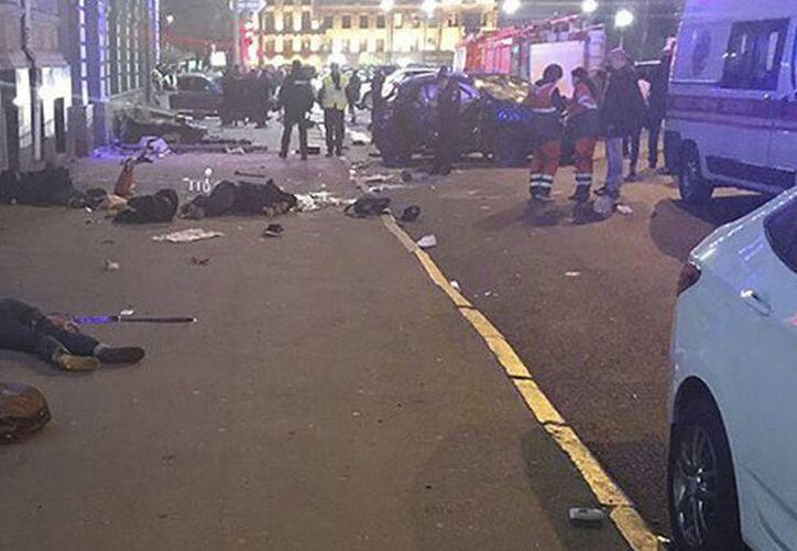 El todoterreno habría invadido una acera tras colisionar con otro vehículo después de que su conductora se saltara un semáforo en rojo. (RT)