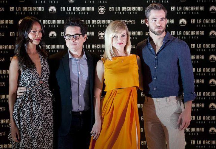 De izquierda a derecha la actriz Zoë Saldaña, el director J.J Abrams, la actriz Alice Eve y el actor Chris Pine posan para una foto durante una conferencia de prensa en la Ciudad de México. (Agencias)