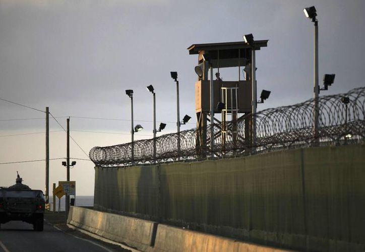 Un vehículo militar patrulla a un costado de la prisión de la Base Naval de Estados Unidos en la bahía de Guantánamo en Cuba. El cierre de la cárcel sigue a debate en el Congreso de EU, mientras el gobierno espera presentar un plan esta semana. (Archivo AP/Brennan Linsley)
