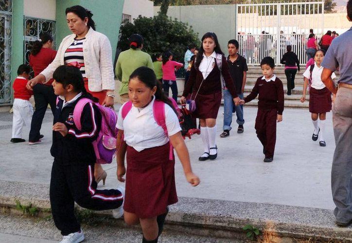 En escuelas de Guerrero han colocado avisos de apoyo a la protesta contra la reforma educativa, pero en rechazo al paro laboral. (Notimex)