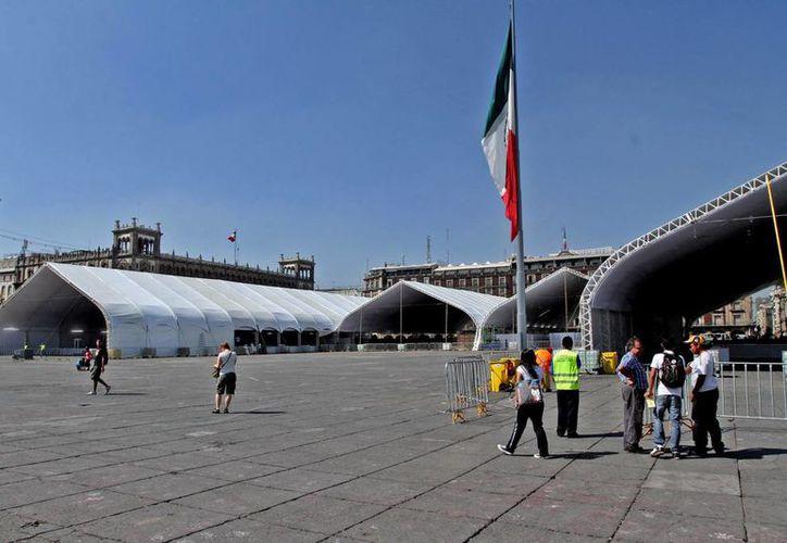 En la plancha del Zócalo capitalino se empieza a instalar la estructura para la feria que organiza el Conacyt. (Notimex)