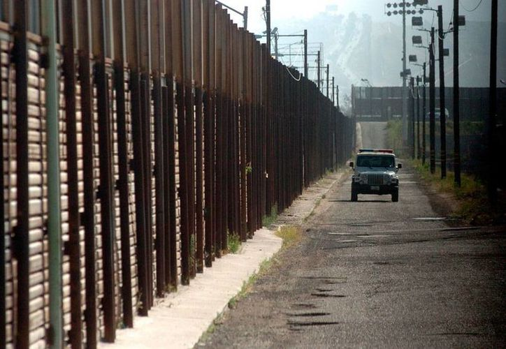 El muro que divide la frontera entre México y Estados Unidos puede significar un sueño, pero también una pesadilla, para los ilegales que intentan cruzarlo. Edith, una salvadoreña, pudo contarlo; otros jamás podrán... (Imagen de contexto con fines ilustrativos/NTX-archivo).