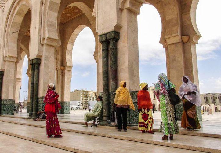 Casi todos los países africanos consideran la homosexualidad un delito muy grave. Algunos, como Mauritania, Somalia, Sudán y Nigeria, prevén pena de muerte para los homosexuales. En Marruecos, los castigos son más suaves. Imagen de un grupo de marroquíes en una plaza del lugar. (Notimex)
