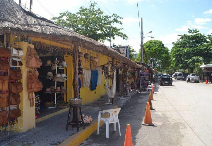 Habitantes de Tulum denuncian que algunos comercios invaden la vía pública. (Rossy López/SIPSE)
