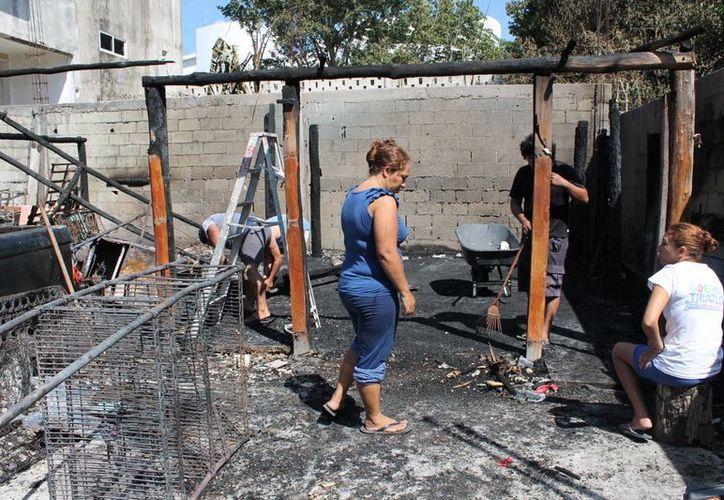 La agraviada, quien trabaja en el Ayuntamiento, perdió su casa y sus pertenencias tras el incendio.  (Rossy López/SIPSE)