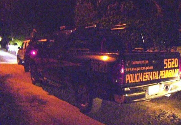 Camionetas de la Policía patrullan las calles de Ticopó, comisaría de Acanceh, en busca de los supuestos delincuentes que se trasladaban en una camioneta blanca, la noche del sábado. (SIPSE)