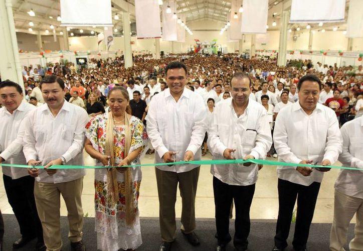 Autoridades federales y estatales, en la apertura de la Expo Empleo Yucatán 2013. (Milenio Novedades)