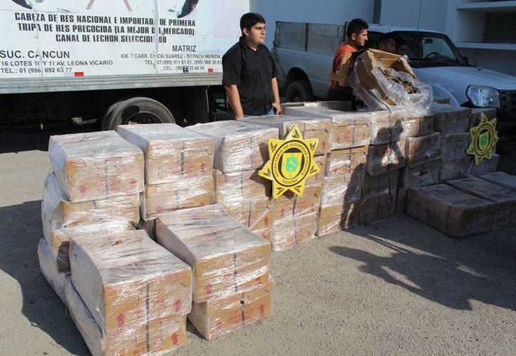 Los presuntos traficantes de pepino de mar tenían en su poder 177 cajas del producto. Todos ellos son originarios de Celestún, Yucatán. (SSP)
