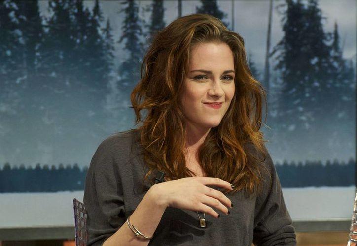 La actriz Kristen Stewart mantiene una relación sentimental con su asistente personal, reveló la madre de la protagonista de 'Crepúsculo'. (popsugar.com)