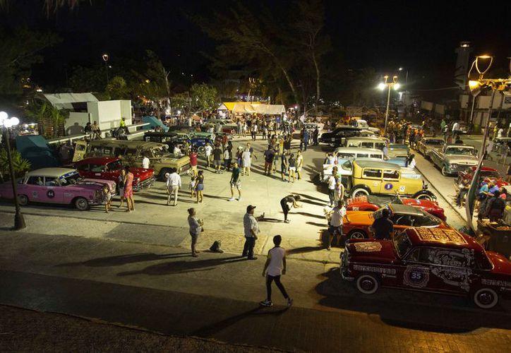 La población disfrutó de las maravillas mecánicas automotrices. (Ángel Villegas/SIPSE)