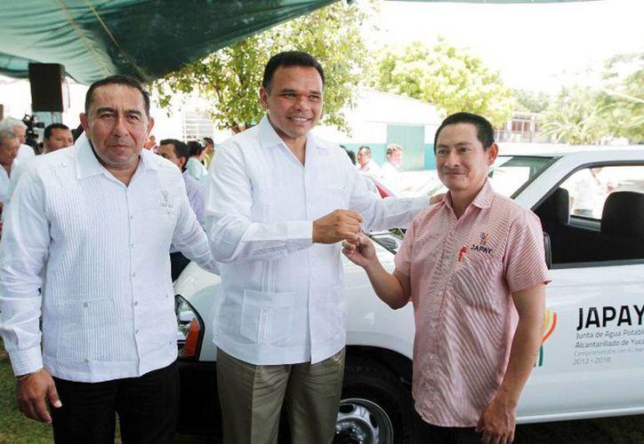 El Gobernador entregó nuevo parque vehicular, muebles de oficina, herramientas y equipo de cómputo a la Junta de Agua Potable y Alcantarillado de Yucatán. (Cortesía)