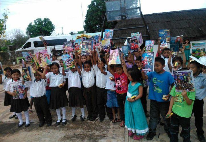 Los niños recibieron los obsequios por el Día del Niño. (Rubí Velázquez/SIPSE)