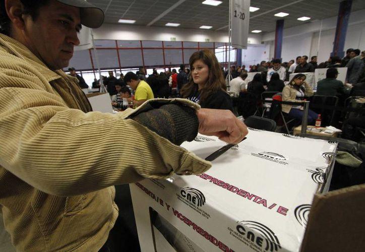 Un ciudadano ecuatoriano sufraga en las elecciones de este domigo. (Agencias)