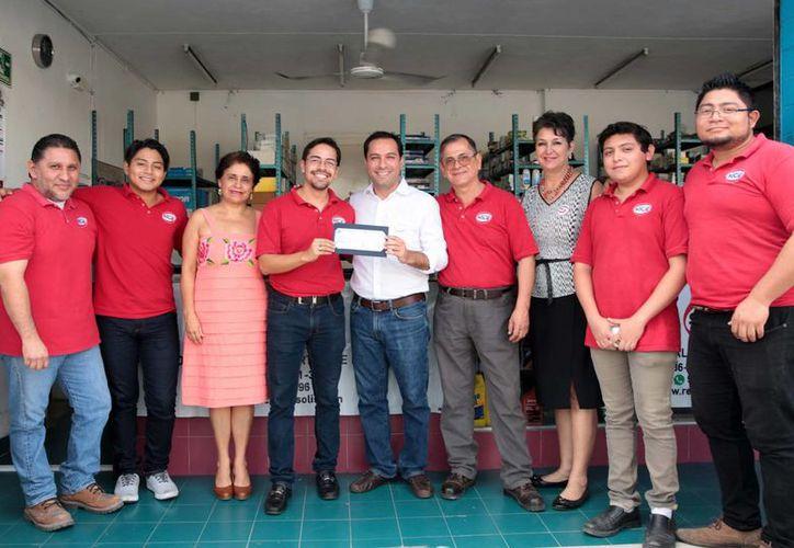 El alcalde Mauricio Vila durante la entrega de apoyos a un proyecto seleccionado por Micromer y el Inadem. (Fotos cortesía del Ayuntamiento)