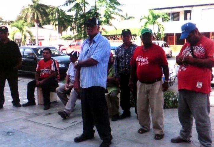 Extrabajadores de carga y descarga se dieron cita en la Junta de Conciliación y Arbitraje de Chetumal. (Ángel Castilla/SIPSE)