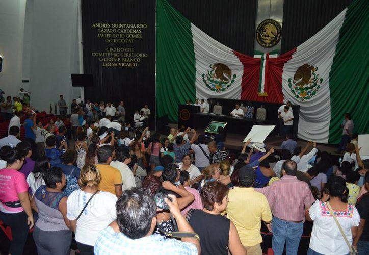 Manifestantes ingresaron por la fuerza al edificio del Congreso del Estado para protestar por el nombramiento de un nuevo auditor superior del Estado. (Ángel Castilla/SIPSE)
