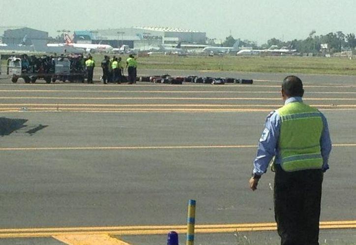 Militares se encuentran revisando la aeronave para descartar cualquier riesgo. (Twitter.com/@jbarrera4)