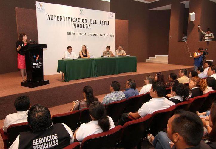 """Participantes del curso """"Autentificación del papel moneda"""". (SIPSE)"""