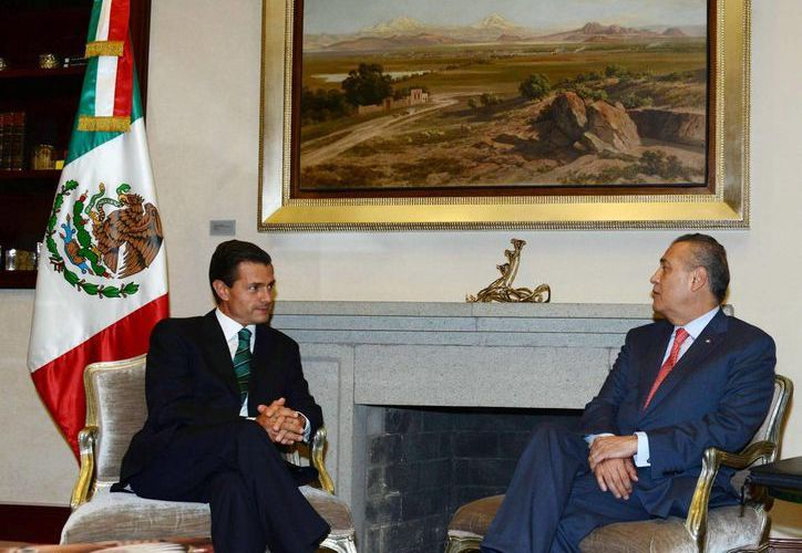 Imagen de archivo de la reunión que mantuvo el presidente del CEN del PRI, Manlio Fabio Beltrones con el mandatario Enrique Peña Nieto. (Archivo/Notimex)